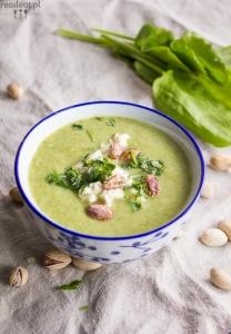 Zupa z groszku i szczawiu z tofu, pistacjami i lubczykiem