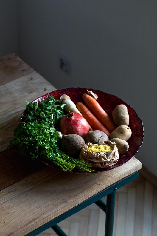 Pieczone warzywa korzeniowe, kasza jaglana i sos z tahiny