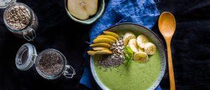 Smoothie bowl: szpinak, melon, ogórek, masło orzechowe