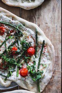 Pizza ze szparagami i pomidorkami koktajlowymi