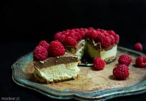 Surowe ciasto z awokado, karobem i malinami