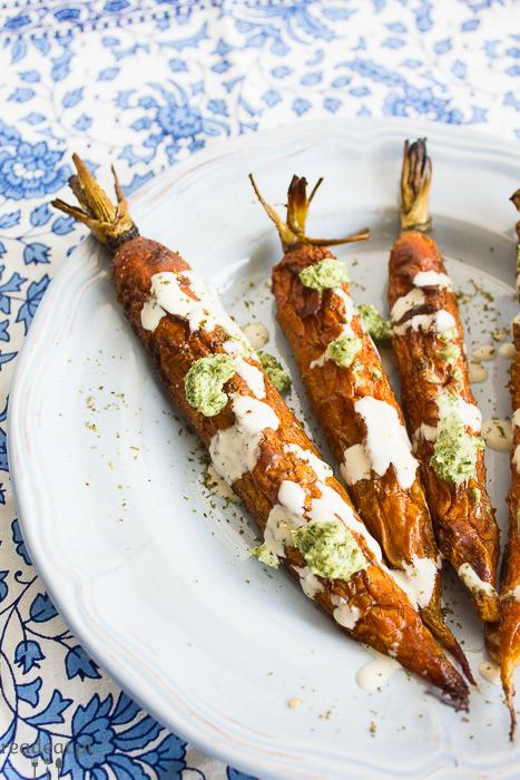 Warzywny recykling: Pieczona młoda marchew z sosem tahini i pesto z marchewkowej naci