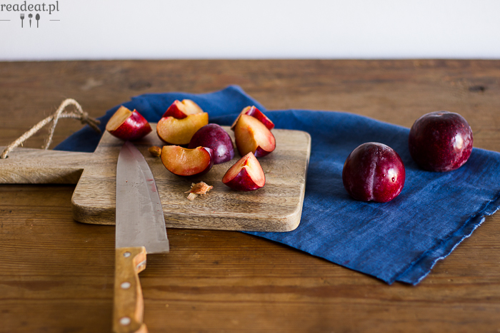 cakes with plums