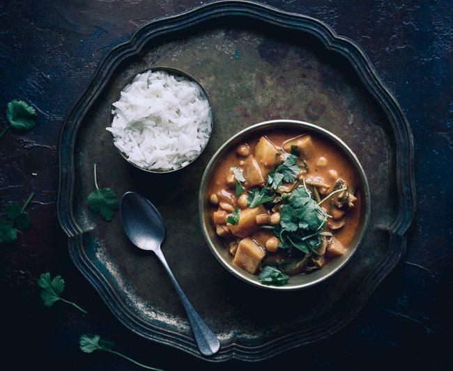 Indyjskie curry z ciecierzycą i ziemniakami