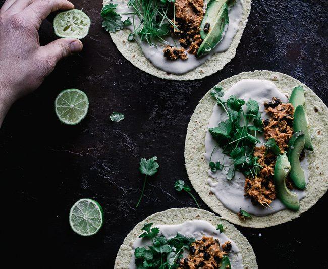 Tacos z batatem, awokado i sosem tahini